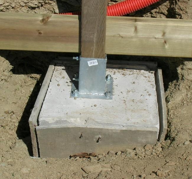 Poteau beton pour cloture - Support poteau bois a planter ...